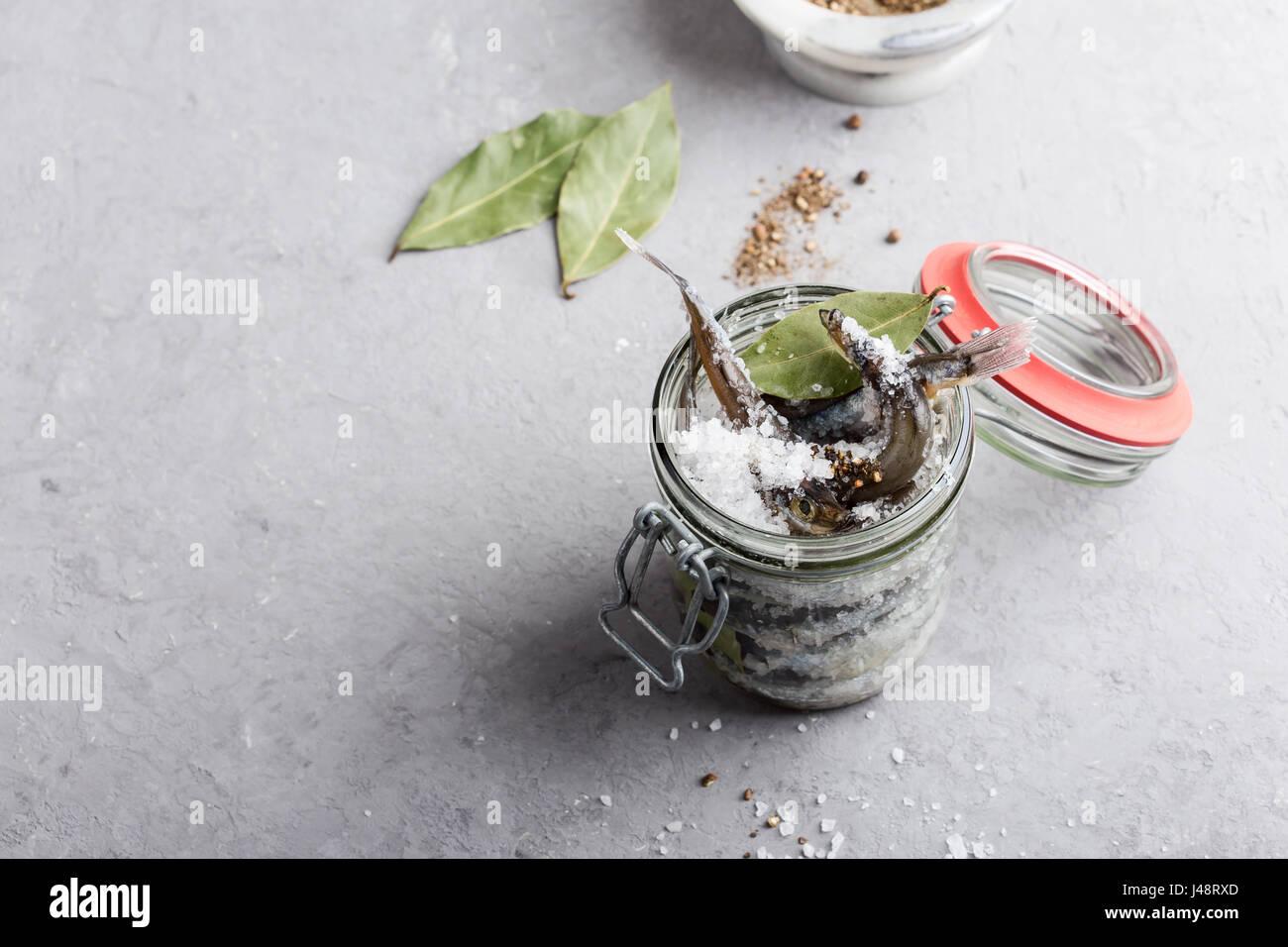 Preparación de la salada de capelán. Conserva de pescado para comer Foto de stock