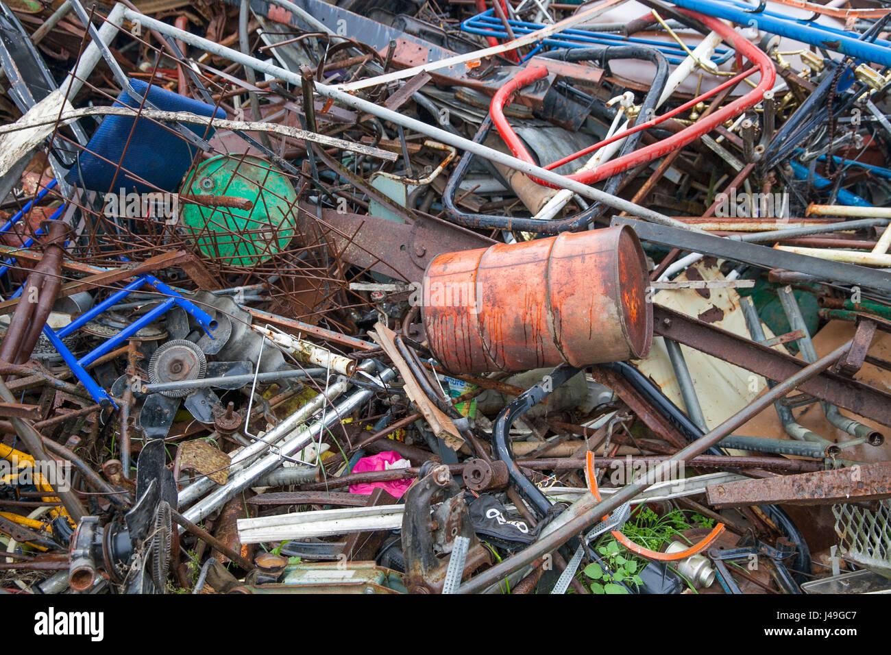 Un montón de basura surtidos en el patio de chatarra Foto de stock