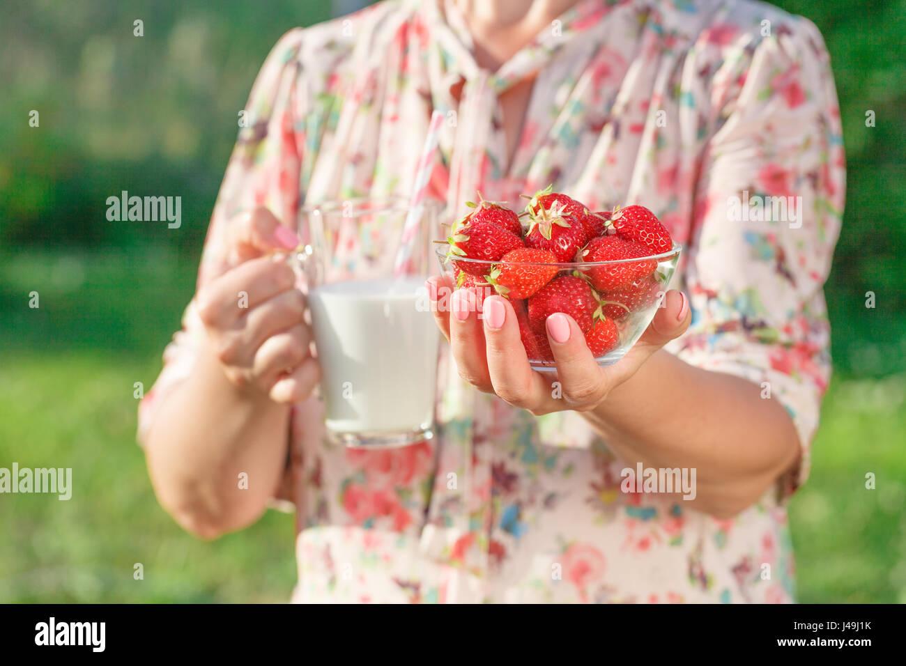Mujer sosteniendo un vaso de leche, el concepto de cuidado de la salud Imagen De Stock