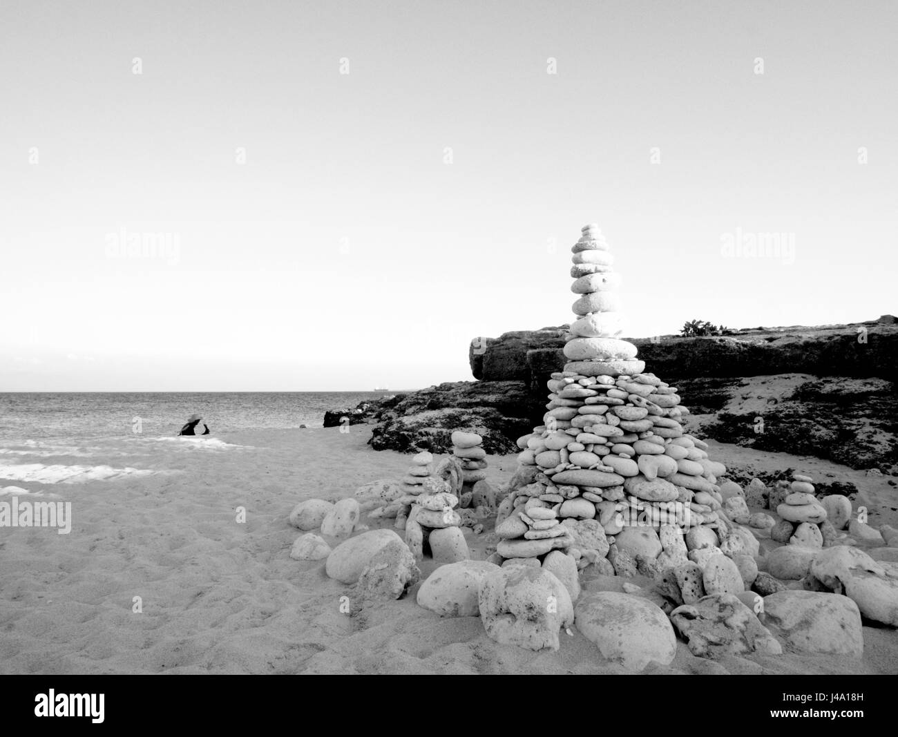 Una hermosa pieza de arte, tomada en blanco y negro de piedra colocar la pila en la parte superior de la arena en isla, Tambobong Baranggay Colibra, Dasol, Pangasinan. Foto de stock