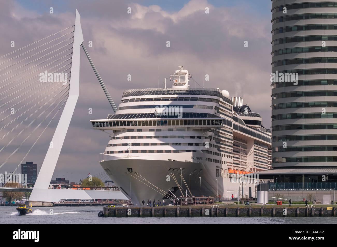 Gran crucero moderno en Wilhelmina Pier, con Erasmusbrug (Puente) en el fondo, Katendrecht, Rotterdam, Países Imagen De Stock