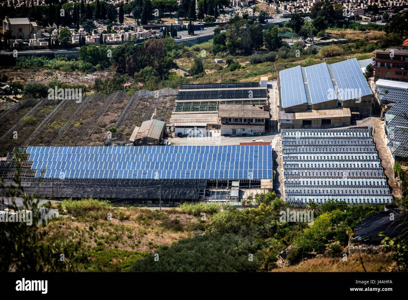 Gases de efecto invernadero y fábrica con paneles solares en el techo Imagen De Stock