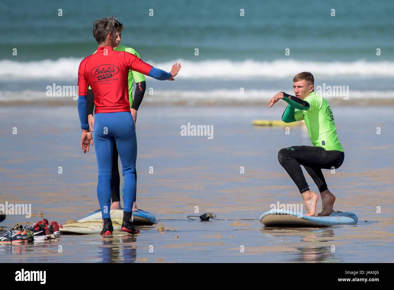 Una escuela de surf instructor de novicios Newquay Cornwall Surf Surfer alumnos Aprender Coaching Docencia instruyendo Imagen De Stock