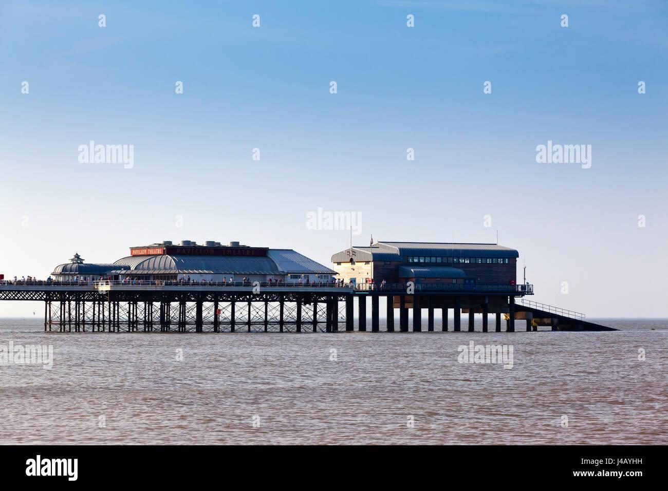 Cromer Pier en el norte de la costa de Norfolk Inglaterra construido en 1902 Foto de stock