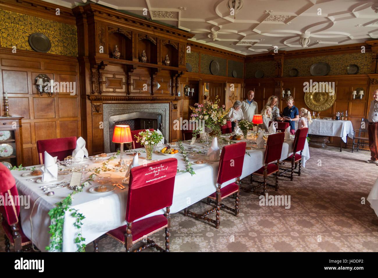 Comedor con mesa preparada para una comida en Lanhydrock, Bodmin, Cornwall. (70) Foto de stock