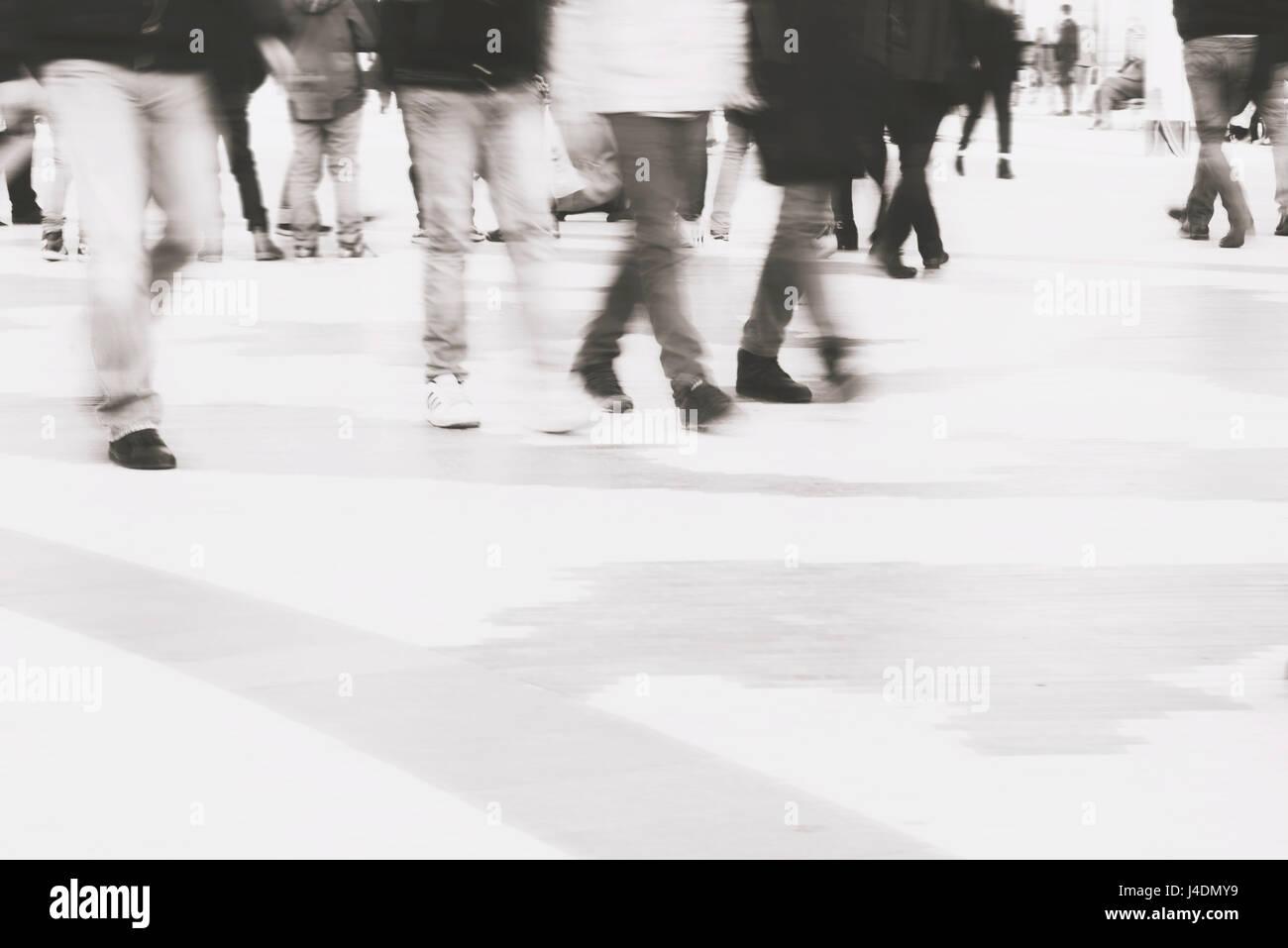 Resumen fondo desenfocado de personas cruzando la calle a zebra Imagen De Stock