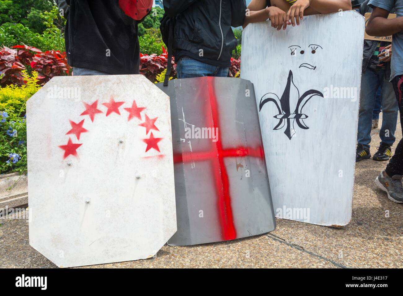 Escudos de metal, caseros. Bajo el lema \'nuestro escudo es la ...