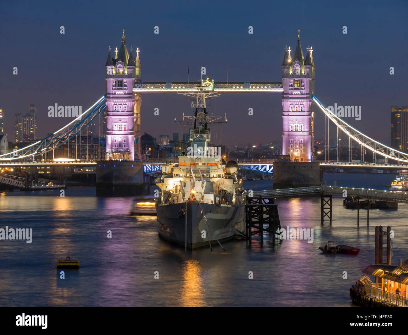Tower Bridge y HMS Belfast en el río Támesis, al anochecer, Londres, Inglaterra, Reino Unido, Europa Foto de stock