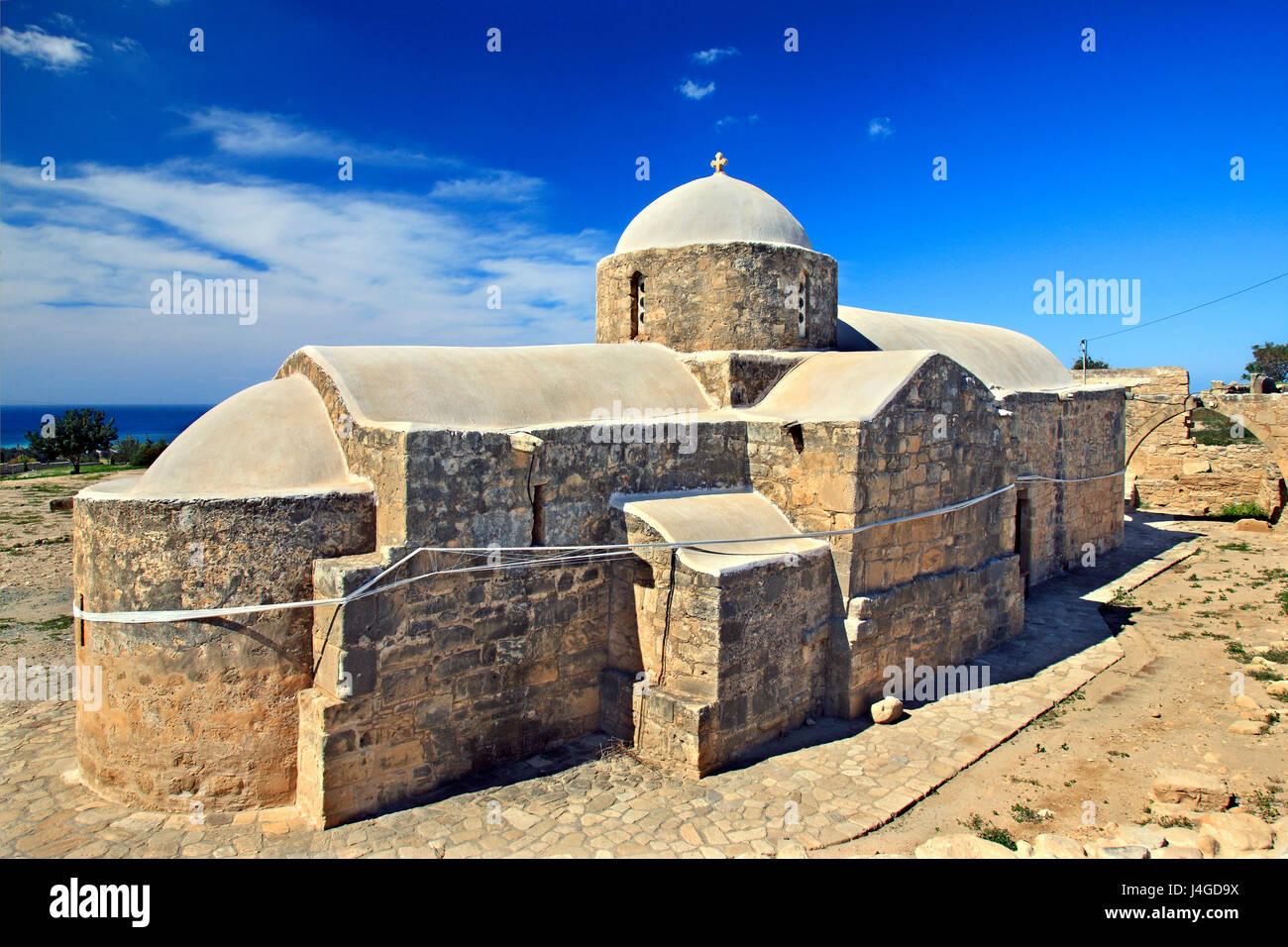 La iglesia bizantina de Panagia katholiki junto al sitio arqueológico de palaipaphos, en kouklia Village, distrito de Paphos, la isla de Chipre. Foto de stock