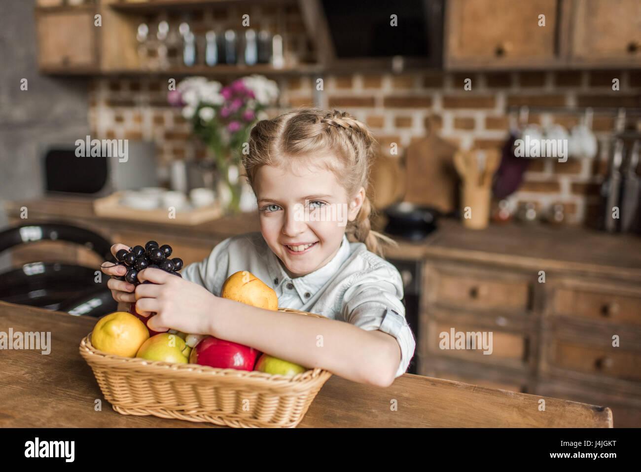 Concepto de familia. La madre, el padre y la pequeña chica guapa en casa Imagen De Stock