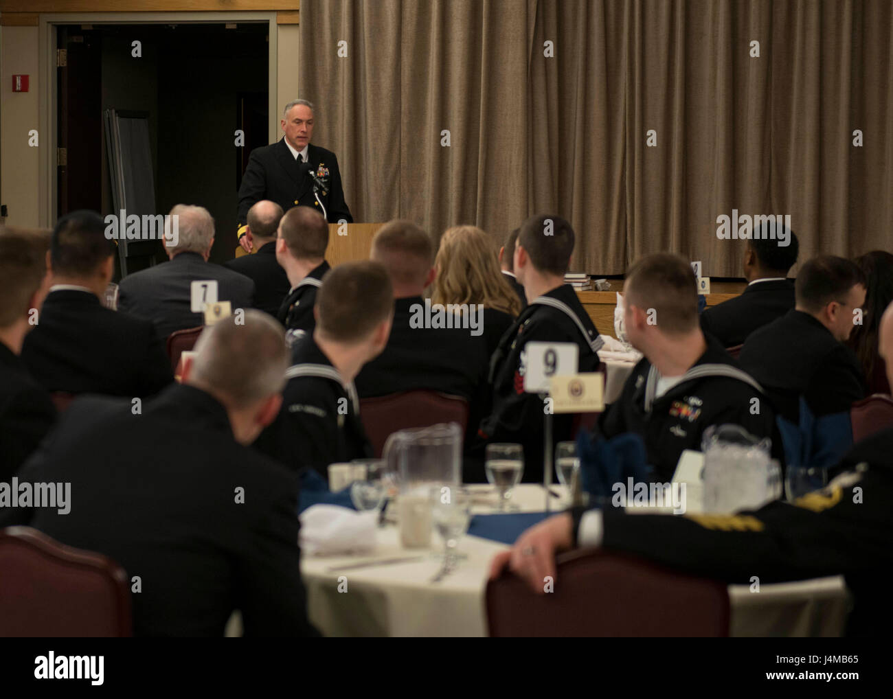 BANGOR, Washington (Ene. 17, 2017) Rear Adm. John Tammen, comandante de grupo (COMSUBGRU Submarino) 9, da comentarios Imagen De Stock
