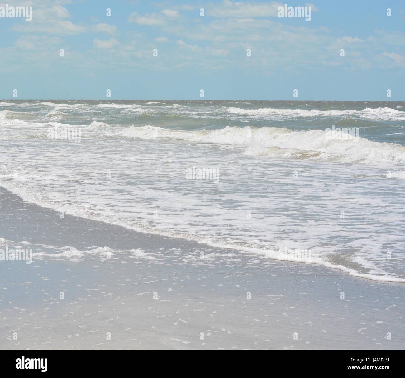 Surf áspero en Indian Rocks Beach, en el Golfo de México en Florida. Foto de stock