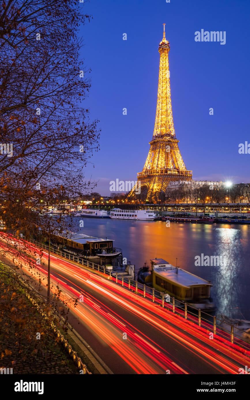 Torre Eiffel iluminada en penumbra y el río Sena, París Imagen De Stock