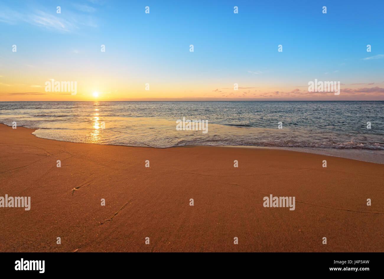 Con preciosas vistas al mar en la mañana. Golden Sands. Foto de stock
