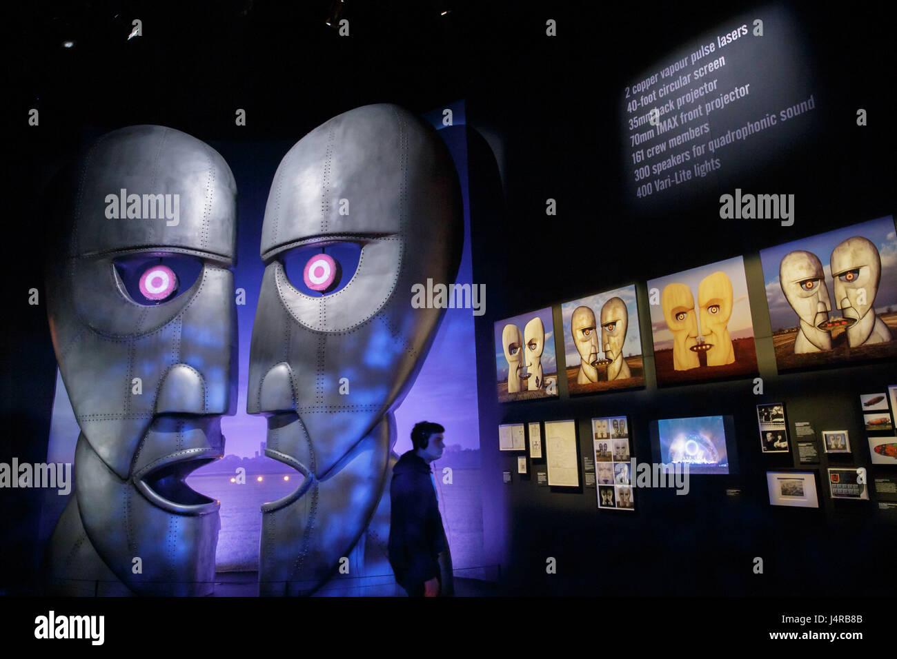 """Londres, Gran Bretaña. 9 de mayo, 2017. Un hombre visita el pulse preview del """"Pink Floyd Exposición: Imagen De Stock"""