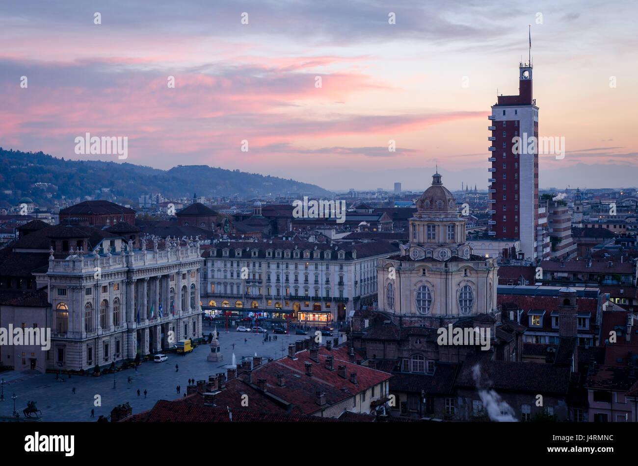Turín, ciudad vistas de Piazza Castello al atardecer Foto de stock