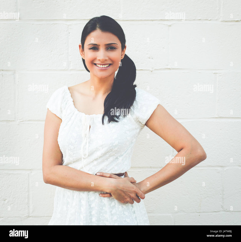 Closeup retrato, feliz éxito seguro bastante joven en vestido blanco con los brazos cruzados plegadas, aisladas Imagen De Stock