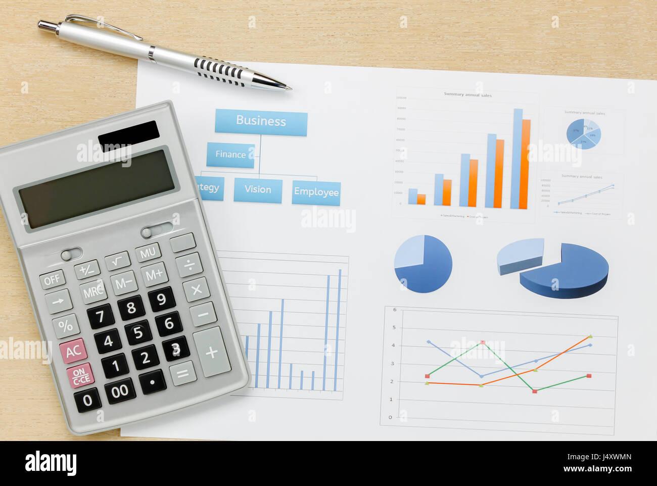 Vista superior Resumen de negocio del año, calculadora y lápiz gráfico sobre madera de fondo de escritorio Imagen De Stock