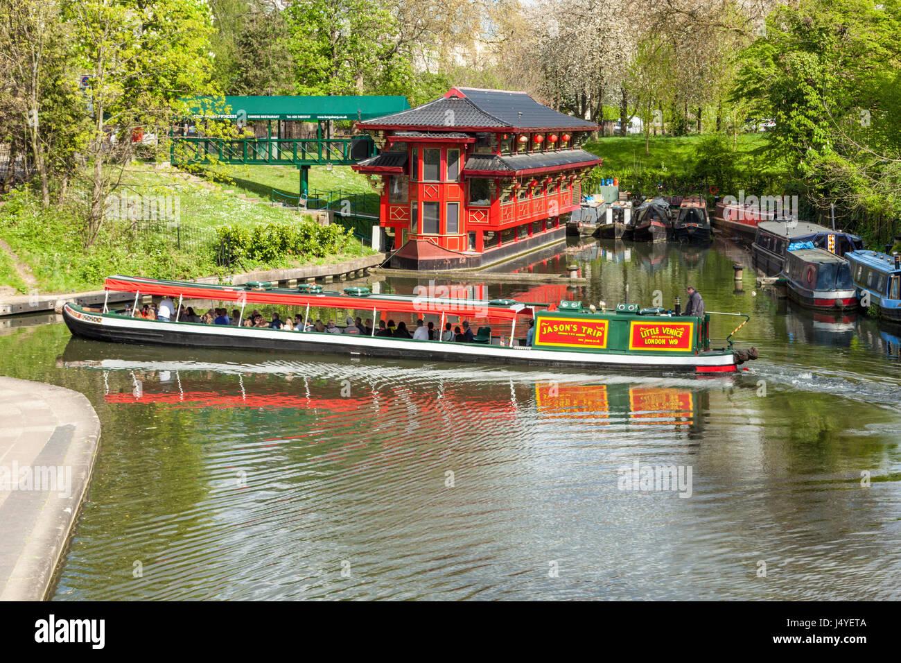 Los turistas que pasan el feng shan princesa restaurante chino en un viaje narrowboat junto a Regent's Canal, Imagen De Stock