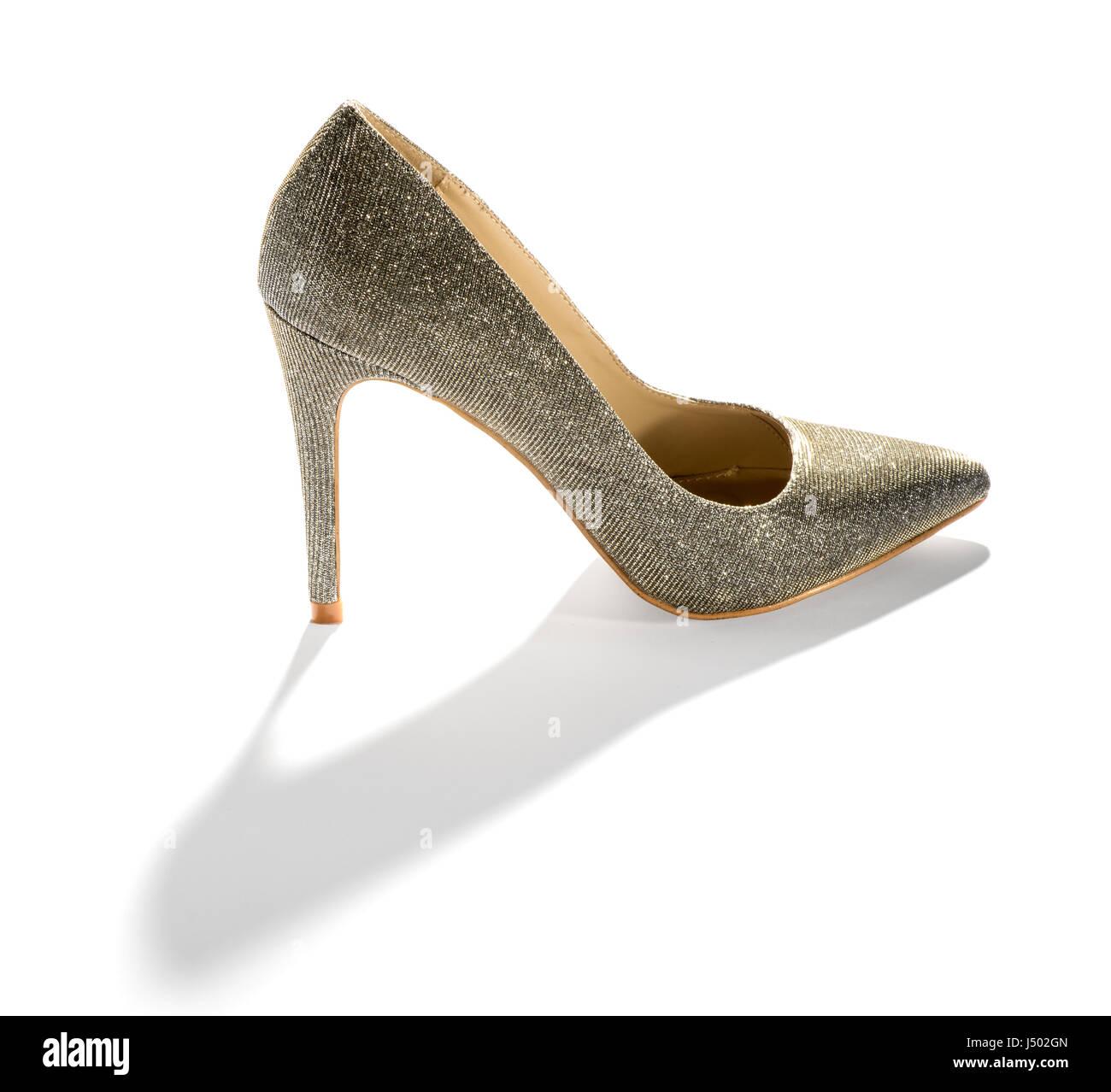 Señoras clásico corte stiletto zapatos con un tacón muy alto de pie sobre  una larga sombra de colada blanca c4cb9345ba3c