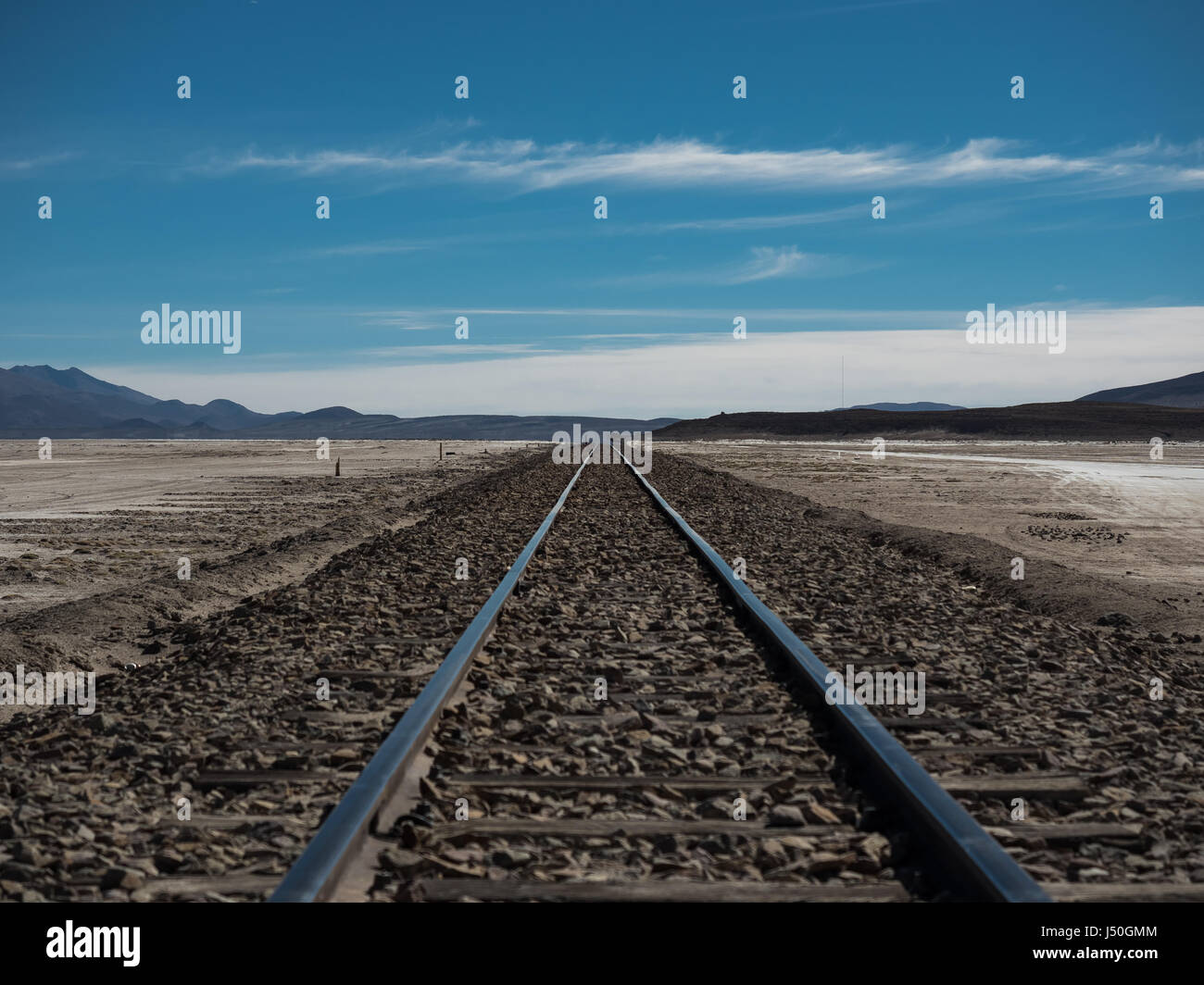 Ferrocarril recta a través del desierto de Atacama, cerca del Salar de Uyuni, Bolivia, América del Sur. Imagen De Stock