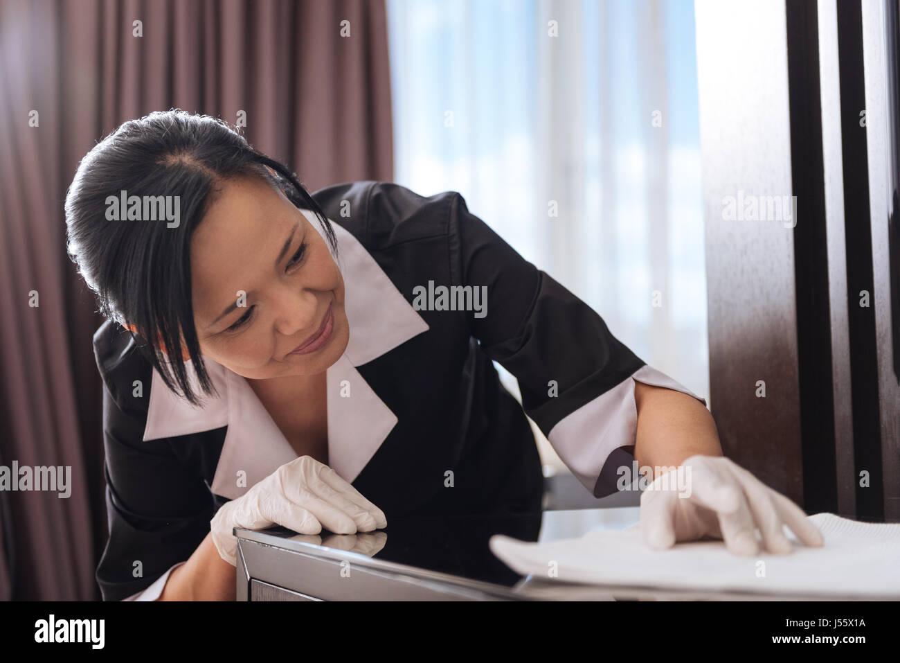 Bonita mujer asiática limpiar la mesa Imagen De Stock