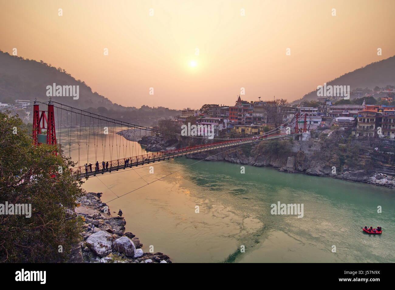 Rishikesh India por el río Ganges vista desde arriba del puente ooer Imagen De Stock