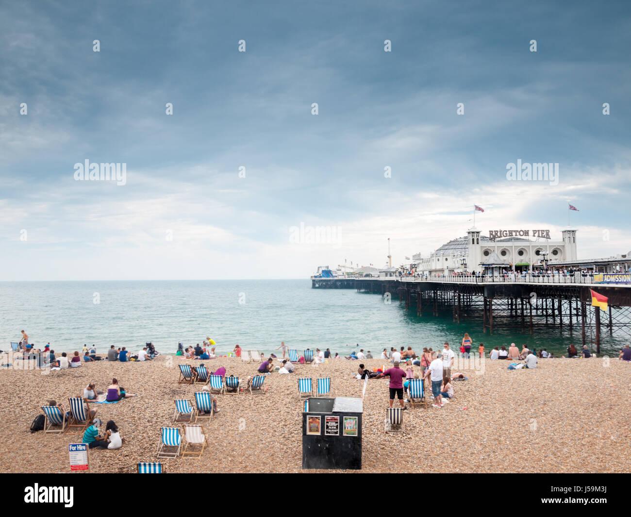 Los turistas en la playa y al embarcadero de Brighton Imagen De Stock