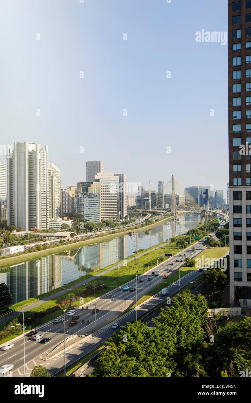 Sao Paulo - el río Pinheiros y los rascacielos nuevo centro en Brooklin en y alrededor de Engenheiro Luis Carlos Imagen De Stock
