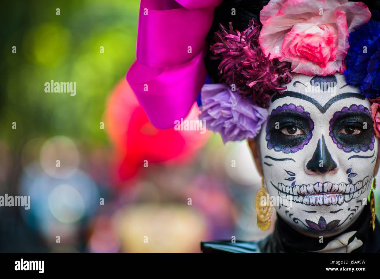 Una joven mujer, vestida como La Catrina, toma parte en las celebraciones del Día de los muertos en la Ciudad Imagen De Stock