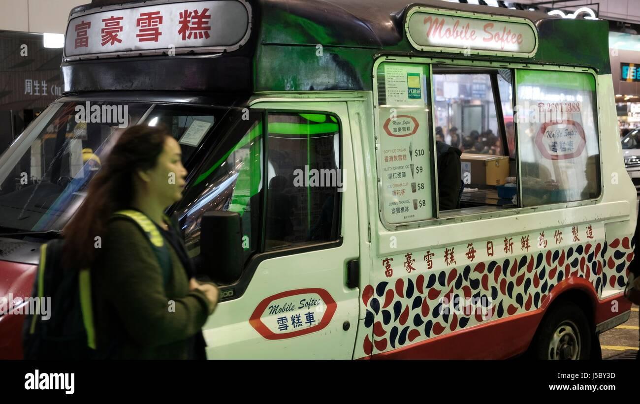 Servir helado suave en el mercado de las Damas en Mongkok Hong Kong Imagen De Stock