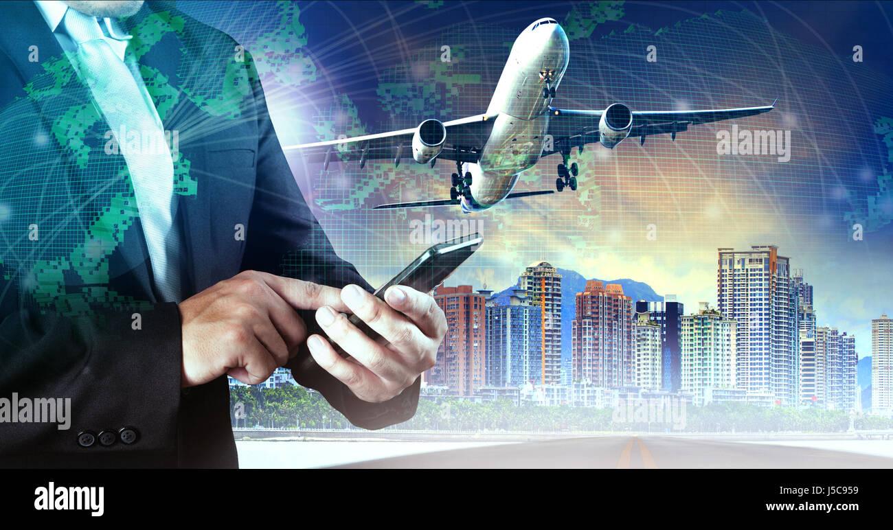 291e940395 Hombre de negocios de tocar el teléfono inteligente y el avión volando el  aire contra la construcción de la ciudad y mapa del mundo network