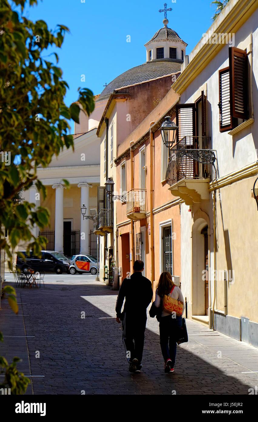 Escena callejera. Oristano, Cerdeña, Italia Foto de stock