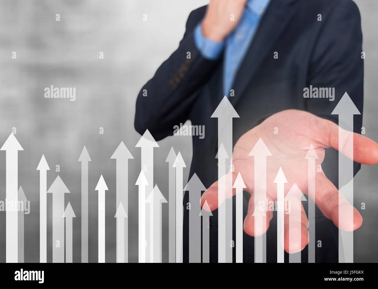Empresario con símbolos financieros próximos. Negocios, crecimiento, inversión concepto. La mano mostrando las flechas. Foto de stock