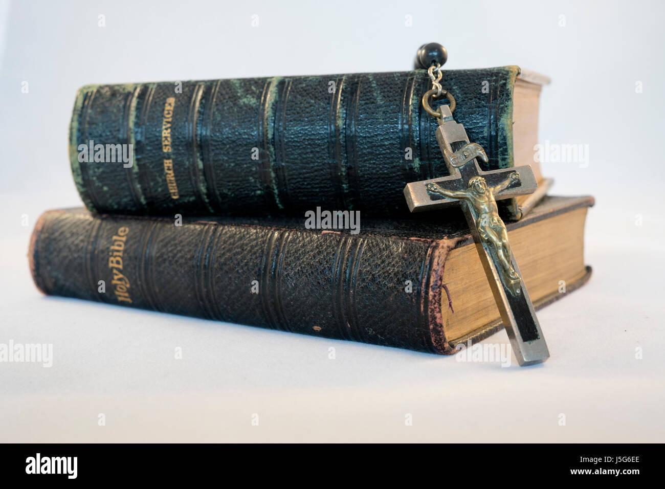 Rosario , Santa Biblia y el Libro de Oración Común Imagen De Stock