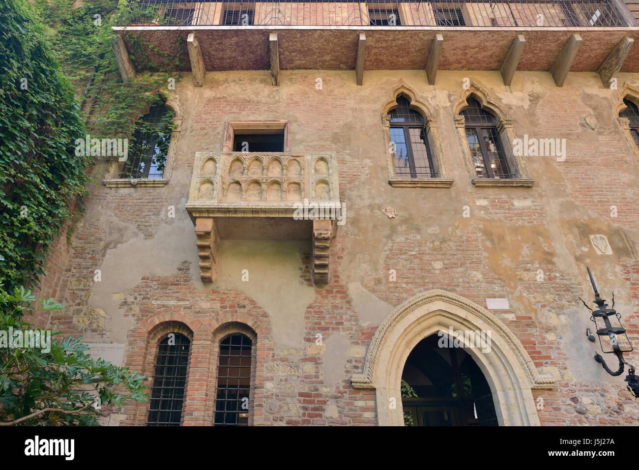 La casa de Julieta en Verona con balcón Foto de stock