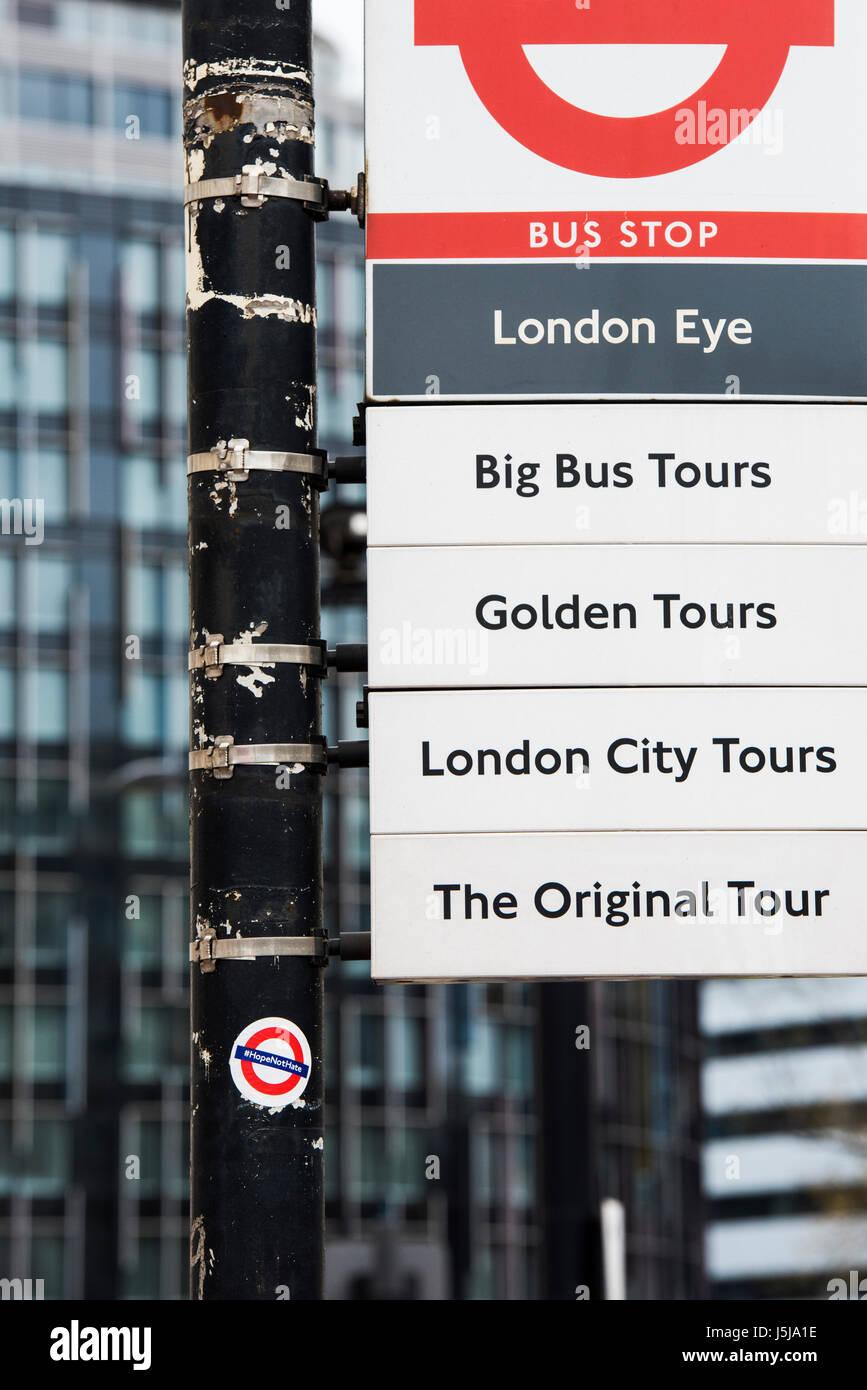 Espero no odio pegatina en una parada de autobús de Londres signpost. Londres, Reino Unido Imagen De Stock