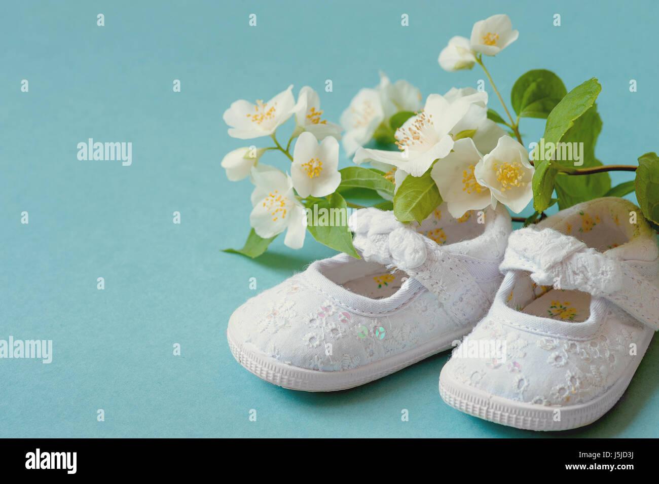3dd46924335 ... bebé lactante zapatos de cuero con flores de primavera en fondo cián y  sala o espacio para copiar texto