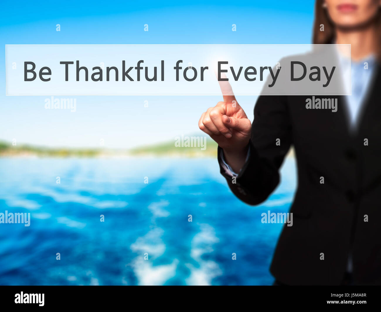 Ser agradecidos por cada día - Mujer tocando el botón virtual. Concepto de empresa, internet. Stock Photo Imagen De Stock