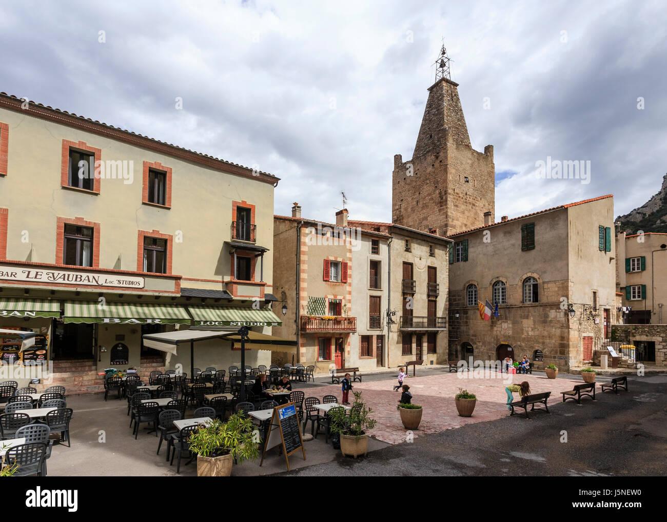 Francia, Pirineos Orientales, Villefranche de Conflent, etiquetados Les Plus Beaux Villages de France, la iglesia y la plaza del Ayuntamiento Foto de stock