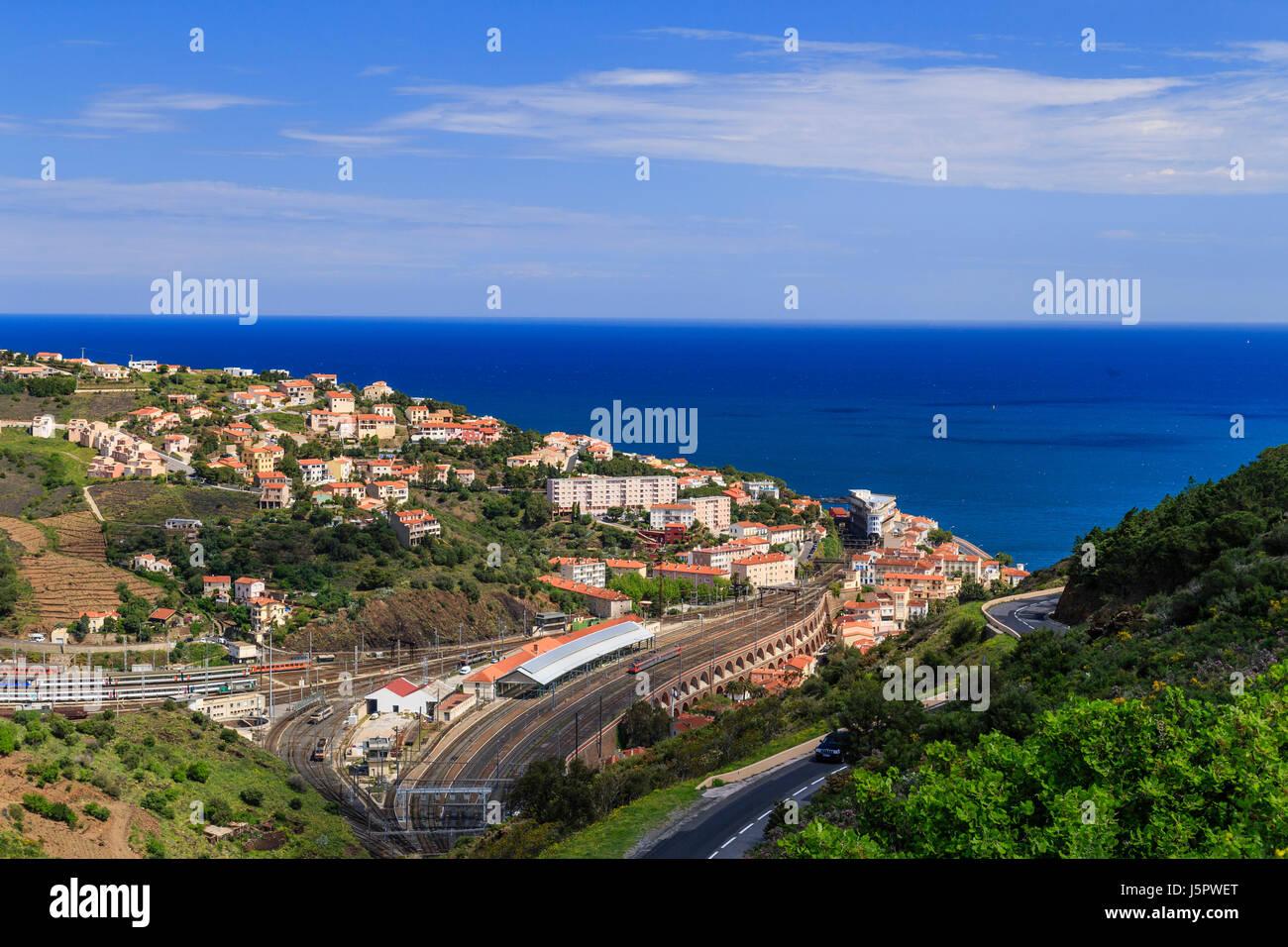 Francia, Pirineos Orientales (66), Cerbère, la ville et la gare // Francia, Pirineos Orientales, Cerbere, la ciudad Foto de stock