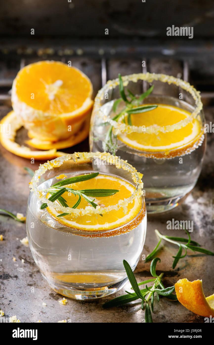 Tonic cóctel con romero y naranja Foto de stock