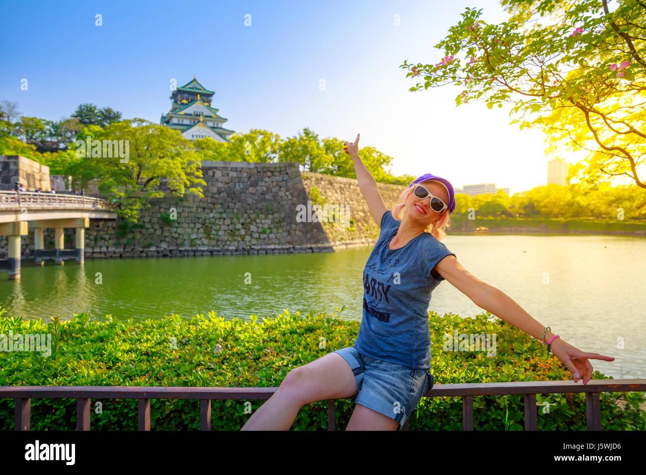 A nivel turístico por el Castillo de Osaka Imagen De Stock