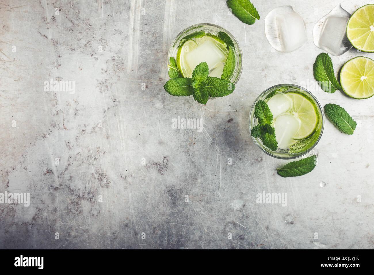 Cóctel Mojito sobre fondo gris claro con espacio para copiar texto o receta vistos desde arriba Foto de stock