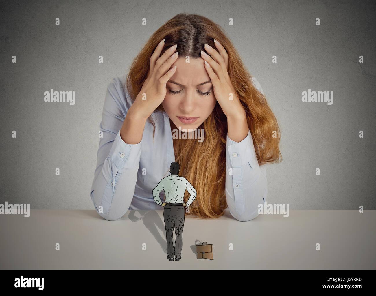 Subrayó desesperada mujer de negocios apoyado en un escritorio pequeño hombre ejecutivo autoritario paternalista Imagen De Stock