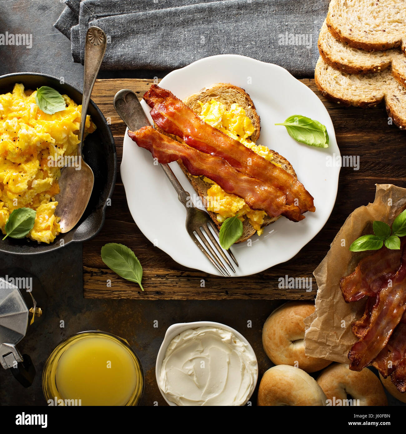 Gran desayuno con bacon y huevos revueltos Imagen De Stock