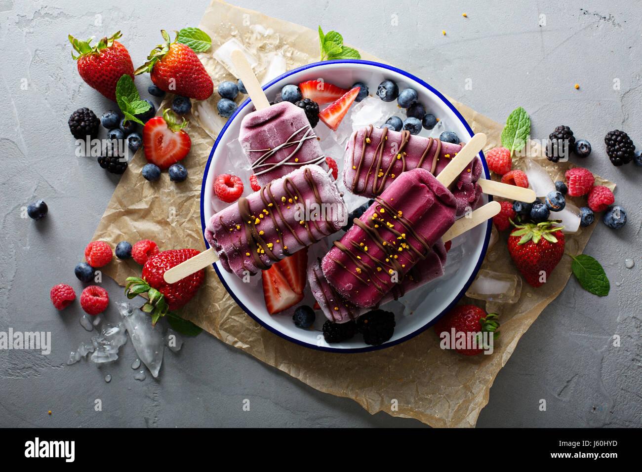 Mixed Berry paletas con chocolate glaze Imagen De Stock