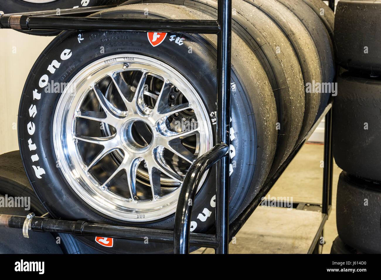 Indianapolis - Alrededor de mayo de 2017: los conjuntos de neumáticos Firestone racing preparado para IndyCars en Indianapolis Motor Speedway para la Indy 500 I Foto de stock