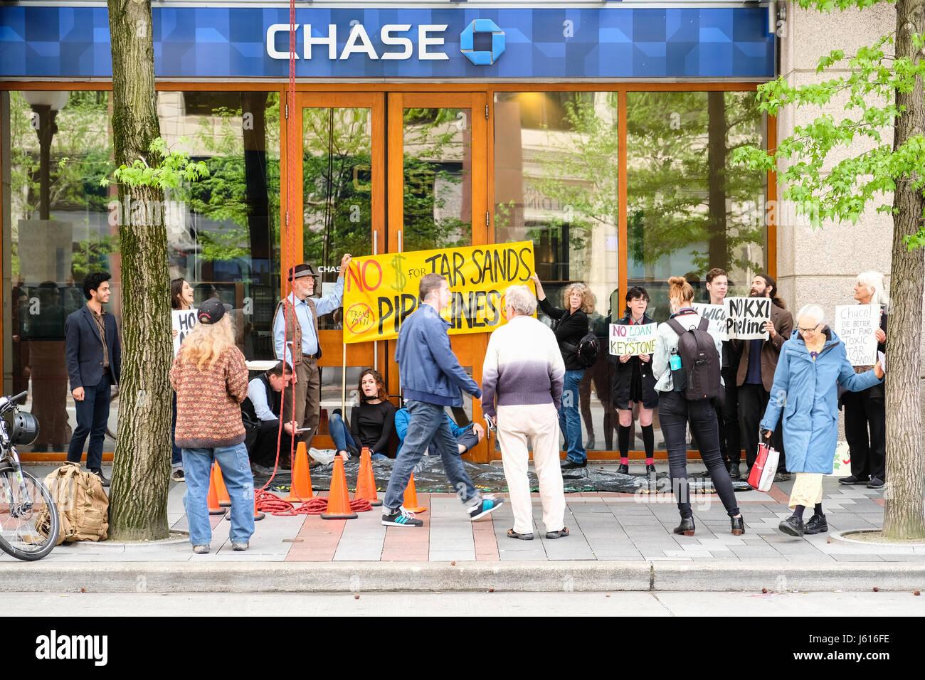 Personas que protestaban contra las arenas alquitranadas ducto en frente de Chase Bank, Seattle, Washington, EE.UU. Imagen De Stock