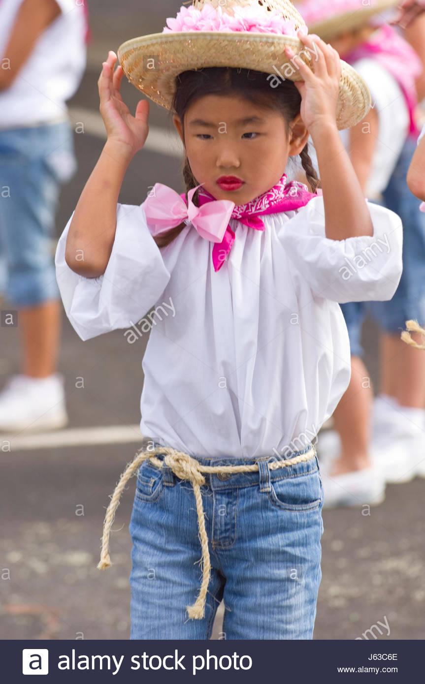 4dcd80fa943ac Niña de ascendencia japonesa vistiendo un sombrero de paja antes del inicio  del 33º Desfile Anual Paniolo Waimea